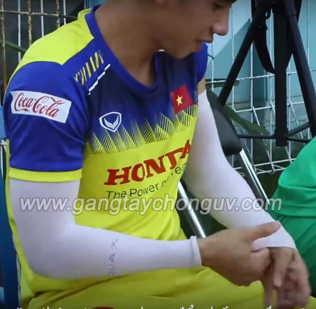 Hồng Duy đeo găng tay chống nắng trước khi tập luyện cùng đội tuyển Việt Nam
